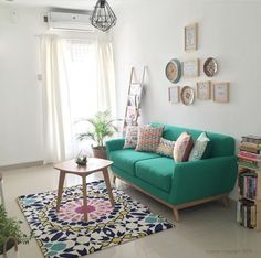 Love how the couch, rug, and throw pillows add a pop of color to this home. - Best Home Deco Cozy Living Rooms, Apartment Living, Interior Design Living Room, Living Room Furniture, Living Room Designs, Living Room Decor, Design Interiors, Good Living Room Colors, Decor Room