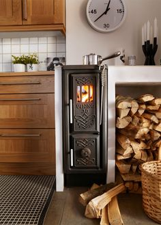 Let yourself be inspired by our fireplaces and spread both warmth and well-being in your home. We help you find the right wood burning stove or wood stove. Tiny House Living, Home And Living, Tiny House Swoon, Mini Wood Stove, Tiny House Wood Stove, Rv Wood Stove, Wood Stove Decor, Sweet Home, Tiny Spaces
