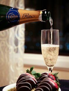 Une petite coupe de champagne avec des fraise au chocolat rien de mieux!