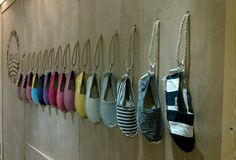 Great idea for the peg wall DIY rope / strap wall as a display for the products Visual Merchandising Displays, Visual Display, Shoe Store Design, Shoe Shop, Craft Stalls, Shoe Display, Bag Display, Retail Shop, Window Design