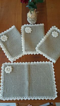 This Pin was discovered by Zeeideiasfelizesdeco rendas e crochetDiscover thousands of images about Burlap Placemats Vintage Lace Flowers Shabby Chic by rusticproject Crochet Fabric, Crochet Doilies, Knit Crochet, Crochet Kitchen, Crochet Home, Burlap Crafts, Diy And Crafts, Crochet Designs, Crochet Patterns