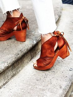 clogs are my go-to summer shoe, including these beauties from @freepeople! check out my 5 favorites at jojotastic.com