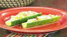Prepara para tu familia un plato fuerte saludable, unas deliciosas calabacitas rellenas de pulpa de calabaza, queso y pimientos. Mira la receta paso a paso.