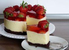 Sušenky rozdrtíme v robotu a smísíme se změklým máslem. Na podnos dáme kruh od dortové formy a nadrcenou směs rozmístíme na dno, pevně upěchujeme... Mini Cakes, Cupcake Cakes, Summer Cakes, Mini Cheesecakes, Cheesecake Recipes, No Bake Cake, Amazing Cakes, Sweet Recipes, Sweet Treats