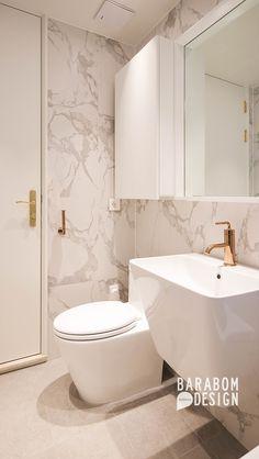 52 Trendy Ideas for bathroom marble gold interior design Bathroom Shower Panels, Bathroom Floor Tiles, Bathroom Colors, Bathroom Mirror With Shelf, Small Bathroom, Modern Bathroom Design, Bathroom Interior, Gold Interior, Bath Design