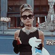 Audrey Hepburn in the movie 'Breakfast at Tiffany's' Golden Age Of Hollywood, Classic Hollywood, Old Hollywood, Audrey Hepburn Breakfast At Tiffanys, Audrey Hepburn Style, Divas, Fru Fru, My Fair Lady, Glamour