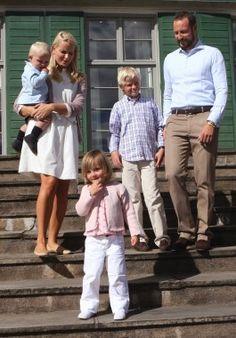 Crown prince Haakon and  Crown princess Mette-Marit with kids