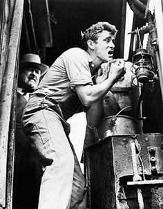 """James Dean durante el rodaje de""""Al Este del Edén"""" (East of Eden), 1955"""