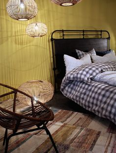 Inspiration de Chambre chez caravane. Suspension bois et chaise en rotin   Bed inspiration at Caravane. Wooden suspension and rattan chair