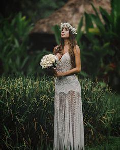 """"""" As duas coisas que mais tem em abundância em Bali são as plantações de arroz e a chuva. O arroz representa prosperidade e união. Aqui a… Bali Wedding Dress, Elope Wedding, Dream Wedding, Gray Weddings, Prom Dresses, Wedding Dresses, Boho Bride, Wedding Wishes, The Dress"""