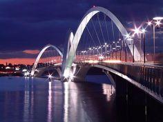 Il Ponte #Juscelino #Kubitschek, che attraversa il Lago #Paranoá a #Brasilia, deve il suo nome a Juscelino Kubitschek de Oliveira, ex-presidente del Brasile, che, negli anni '50, decise di costruire Brasilia come la nuova capitale del paese, in sostituzione a Rio de Janeiro.
