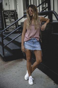 10 Ideias para usar jeans destroyed na próxima estação. Regada rosê, saia jeans desfiada, tênis branco