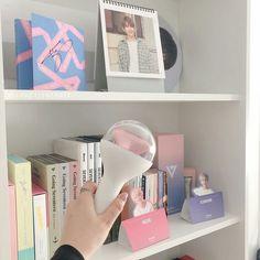 K Pop, Going Seventeen, Carat Bong, White Room Decor, Army Room, Seventeen Wallpapers, Best Kpop, Kpop Merch, Aesthetic Room Decor