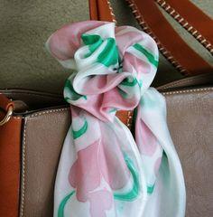 Lenço de seda pura no tamanho de 64x64cm pintado a mão na cor verde, rosa e fundo branco. A seda pura é muito leve assim ela nao faz volume, tem um caimento perfeito e pode ser usado de varias maneiras.