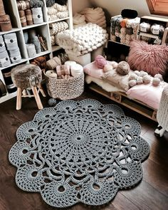 Wonderful rugs ideas of crochet Mandala Au Crochet, Free Crochet Doily Patterns, Crochet Doily Rug, Crochet Carpet, Crochet Diy, Crochet Home Decor, Crochet Round, Crochet Flowers, Tapete Doily