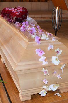 orchids roses funeral coffin My last gift to my mother in law - a coffindecoration Funeral flowers, decoration, red, pink Min sista gåva till svärmor - en kistdekoration