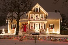 What a pretty house! 39 days until Christmas! Christmas Decor Ideas - Happy Christmas - Noel 2020 ideas-Happy New Year-Christmas Christmas House Lights, Christmas Home, Christmas Holidays, Merry Christmas, Happy Holidays, Xmas Lights, Country Christmas, Christmas Photos, Woodland Christmas