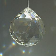 Boule cristal feng shui Flower Power, Feng Shui Tips, Stones And Crystals, Decoration, Zen, Christmas Bulbs, Meditation, Holiday Decor, Mythe