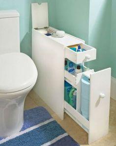 schmaler Schrank neben der Toilette