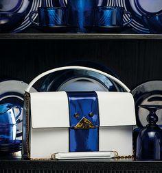 Schultertasche aus Saffiano Leder von Emporio Armani –Handtaschentrends im Vintagelook - die neuen Retrotaschen passen wunderbar in jedes Vintage Heim und begleiten uns in den schönsten Farbpaletten des Pop!