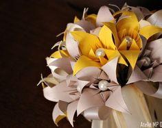 """Buquê de origami em lirios, uma bela opção para guardar para sempre , uma lembrança de um momento único em sua vida!   """"Com sofisticação, requinte e muita delicadeza os buquês feitos em origami são capazes de conquistar as noivas mais exigêntes. Seus formatos e cores são totalmente adaptáveis a variados tipos de acessórios e adornos, como brochês, pequenos pontos de luz, pérolas e até mesmo renda, tudo para que a noiva fique mais elegante e possa usufruir de seu buquê como um objeto…"""