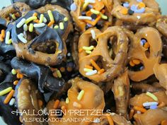 Polka Dots and Paisley: Halloween Pretzels   #halloween #snacks #pretzels