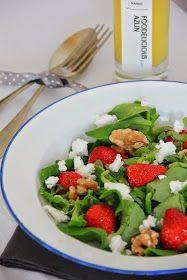 Aardbeien salade met walnoten, brie, spinazie, dressing, balsamico en citroen