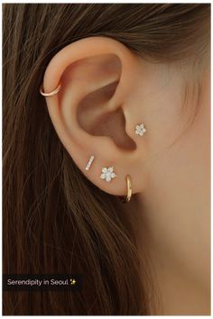 Tragus Piercings, Percing Tragus, Pretty Ear Piercings, Ear Lobe Piercings, Tragus Piercing Jewelry, Helix Hoop, Ear Piercings Cartilage, Ear Piercing Guide, Ear Piercings