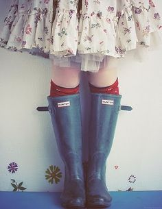 i am the girl that wears frilly skirts with wellies (rubber boots) What A Nice Day, Design Textile, Outfits Otoño, Vogue, Hunter Rain Boots, Mori Girl, Amelie, Color Negra, Country Girls