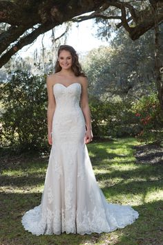 strapless wedding gown with lace and tulle. Sheath shaped wedding dress with sweetheart neckline