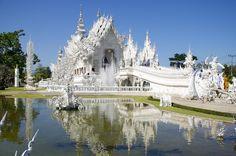 Белый храм Ват Ронг Кхун— уникальное произведение искусства, которое сочетает в себе традиционное буддийское искусство с элементами современного дизайна