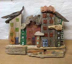 Drivtømmerhuse / driftwood / drivved / drijfhout med vindblæste tage. Eget design