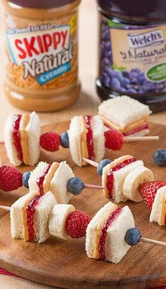 Peanut butter and jelly skewers with fresh fruit! PB&J on a stick. Back to School lunch and snack ideas. Peanut butter and jelly skewers with fresh fruit! PB&J on a stick. Back to School lunch and snack ideas. Snacks Für Party, Lunch Snacks, Kid Lunches, Kid Snacks, Picnic Snacks, Party Appetizers, Food For Lunch, Fruit Party, School Party Snacks