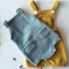 Such a perfect, blue edition of The Pocket Playsuit, made by // Oi, vi elsker jo denne varianten med Baby Knitting Patterns, Knitting For Kids, Baby Patterns, Knitted Baby Clothes, Knitted Romper, Kids Mode, Pull Bebe, Fashion Kids, Playsuit