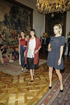 """L'ultima collezione di Matteo Brizio """"sfila"""" tra i saloni dell'Ambasciata italiana di Londra grazie a queste tre magnifiche indossatrici."""