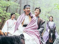 말 위에서 왕욱과 함께 말을 타고 있는 왕은이 혀를 내밀며 귀엽게 웃고 있는 모습