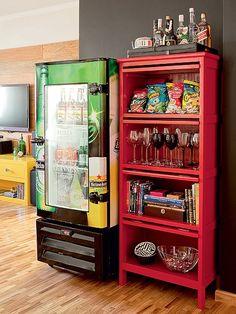 A geladeira de bar conquistou a sala de jantar no projeto de Tieko Matsuda e Luciana Nogueira. Ela deixa as bebidas na temperatura certa, enquanto, ao lado, um móvel acomoda taças e salgadinhos