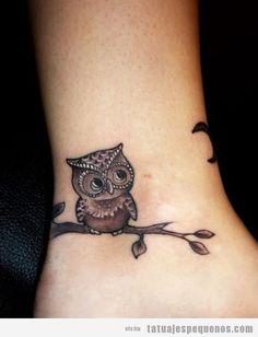 Tattoo pequeño chicas, un búo en una rama en el tobillo