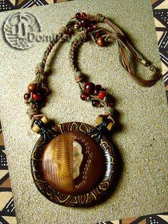 Segou...Collier inspiré par l'Afrique...  Perles de verre, perles de bois, graines, pâte polymère, cuir, bambou, coton tressés au kumihimo...