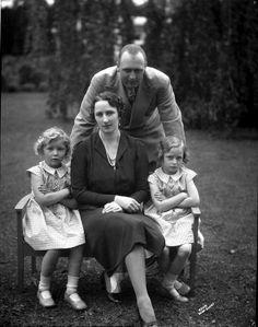 księżna i książę koronny Norwegii Märtha i Olav oraz ich córki: księżniczka Astrid i księżniczka Ragnhild [po prawej] - 1937r.