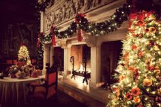 ✴Buon Natale e Felice Anno Nuovo✴Merry Christmas and Happy New Year✴ Christmas Fireplace, Christmas Mantels, Noel Christmas, All Things Christmas, Winter Christmas, Christmas Lights, Fireplace Garland, White Fireplace, Cozy Fireplace