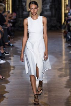 Explore the looks, models, and beauty from the Stella McCartney Spring/Summer 2015 Ready-To-Wear show in Paris on 29 September with show report by Sarah Harris White Fashion, Look Fashion, Runway Fashion, Spring Fashion, Fashion Show, Womens Fashion, Fashion Trends, Paris Fashion, 3d Fashion