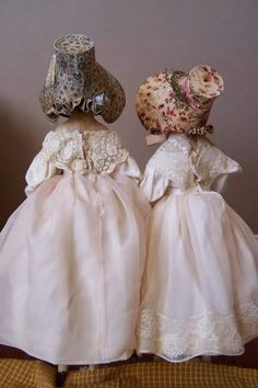 Inspiration for Hitty bonnets Old Dolls, Antique Dolls, Vintage Dolls, Crochet Baby Sandals, Knit Baby Booties, Knitted Baby, Dollhouse Dolls, Miniature Dolls, Dollhouse Miniatures