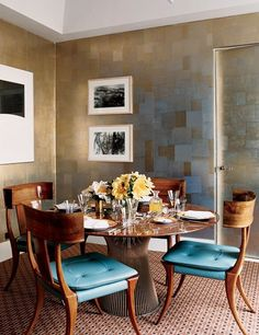 Metallic walls animate a dining room by interior designer Jeffrey Bilhuber. Photo: Pascal Chevalier
