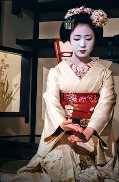 The maiko Mamefuji performs a dance inside the Ichiriki teahouse. Japanese Geisha, Japanese Beauty, Japanese Kimono, Japanese Art, Kabuki Costume, Geisha Art, Memoirs Of A Geisha, Art Japonais, Geishas
