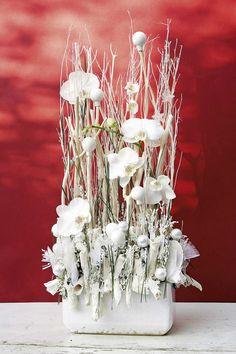 Białe storczyki, białe pióra, białe bombki, białe gwiazdki, białe naczynie ceramiczne, krążki masy perłowej. Wszystko białe, ciekawe jaka będzie tegoroczna zima Emoticon smile kompozycja: Jolanta Supel zdjęcie: Agnieszka Mitko-Kominek