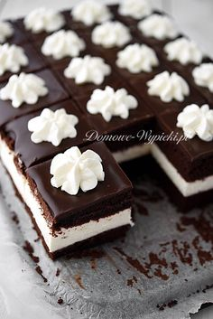 New Easy Cake : Chocolate cake with a thick layer of light cream cheese cream . Polish Desserts, Polish Recipes, Mini Desserts, Cookie Desserts, Delicious Desserts, Fun Baking Recipes, Sweet Recipes, Cake Recipes, Dessert Recipes