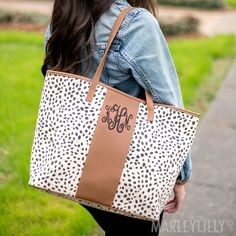 These personalized leopard print tote bags were made for you! Spacious and durable, these monogrammed bags are the perfect accessory to hold everything you need. Monogrammed Purses, Monogram Tote Bags, Personalized Tote Bags, Printed Tote Bags, Canvas Tote Bags, White Tote Bag, Diy Tote Bag, Tote Purse, Denim Purse