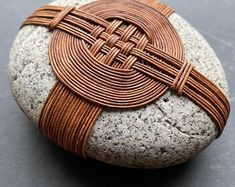 Pebble Stone, Pebble Art, Stone Art, Stone Crafts, Rock Crafts, Diy And Crafts, Asian Crafts, Zen Rock, Stone Wrapping