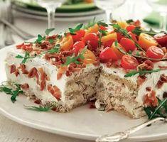 Recipe: Sandwich cake à la club sandwich Sandwhich Cake, Tortillas Veganas, Brunch, Le Club, Yogurt Cake, Swedish Recipes, Tea Sandwiches, Food Cakes, Savoury Cake